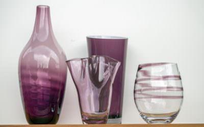 Die Vasen in Brombeer …
